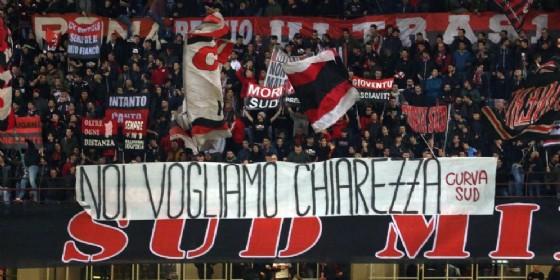 La protesta della tifoseria rossonera nel corso di Milan-genoa (© ANSA)