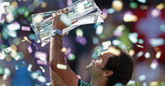 Roger Federer solleva il trofeo dopo la vittoria a Indian Wells (© ANSA)