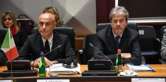 Il ministro dell'Interno Marco Minniti con il premier Paolo Gentiloni. (© Alessandro Di Meo | ANSA)