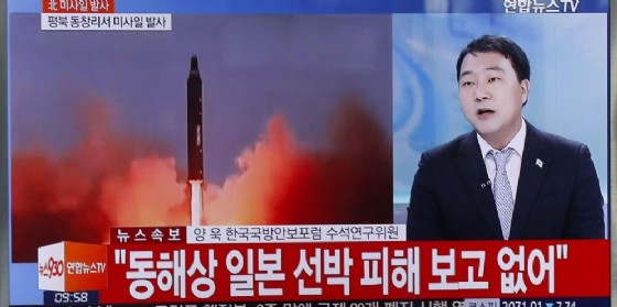 Il lancio dei missili da parte di Pyongyang descritto da un servizio televisivo. (© EPA / KIMHEE-CHUL)