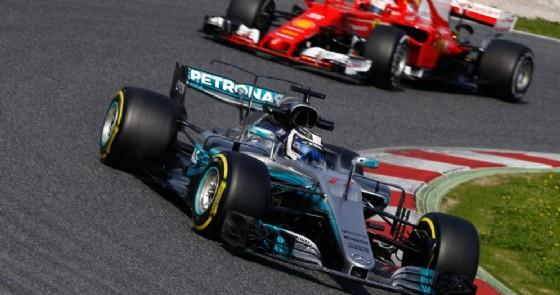 La Mercedes e la Ferrari in pista durante i test di Barcellona