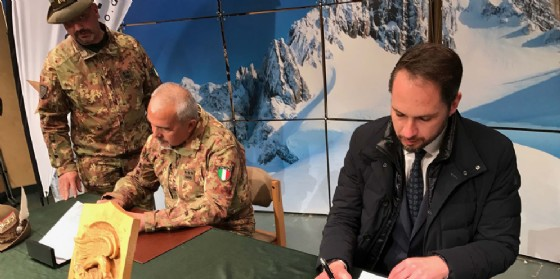 L'assessore Shaurli alla firma dell'accordo (© Regione Friuli Venezia Giulia)