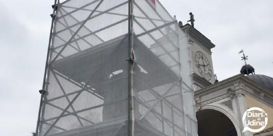 L'imbragatura a una delle statue di piazza Libertà (© Diario di Udine)