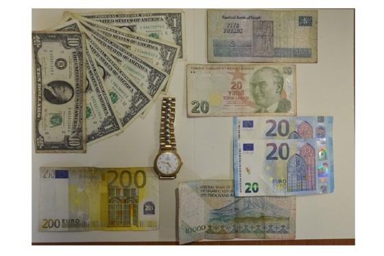 Gli agenti hanno recuperato anche numerose banconote