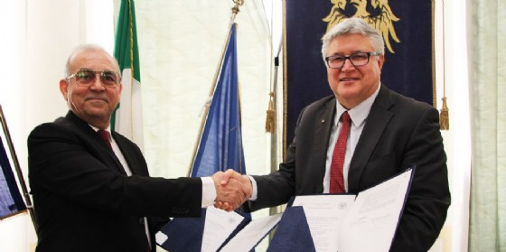 I rettori delle due università si stringono la mano (© UniUd)