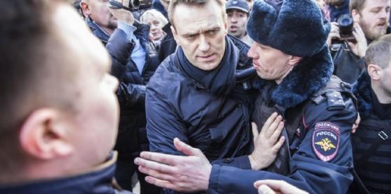 AleksejNavalny nel momento del suo arresto. (© Evgeny Feldman for Alexey Navalny's campaign photo via AP)
