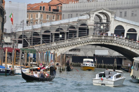 Il ponte di Rialto a Venezia, che secondo la Dda era nel mirino di una cellula jihadista (© ANSA/ANDREA MEROLA)
