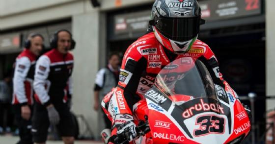 Marco Melandri esce dai box ad Aragon in sella alla sua Panigale R (© Ducati)