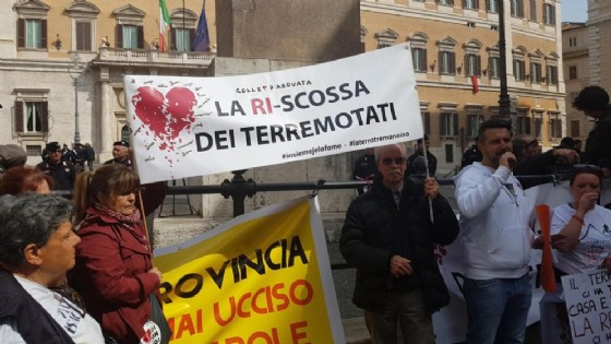 La protesta dei terremotati a Montecitorio. (© ANSA/Gabriele Santoro)