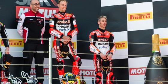 Chaz Davies e Marco Melandri sul podio di gara-2 ad Aragon
