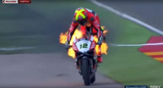 La Ducati Panigale R di Xavi Fores in fiamme (© Ansa)