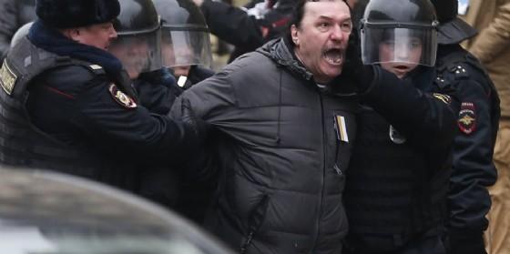 Nuovi arresti a una manifestazione non autorizzata a Mosca.