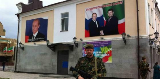 Manifesti che ritraggono Putin e Kadirov a Grozny, in Cecenia. (© ANSA/LUCIA SGUEGLIA)