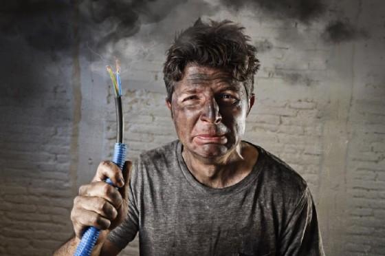 Un uomo è rimasto folgorato dal cellulare in carica (© Marcos Mesa Sam Wordley | shutterstock.com)