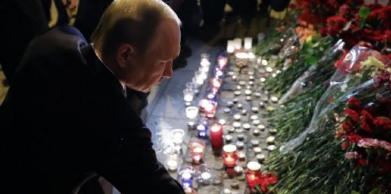 Il presidente russo Vladimir Putin depone fiori e prega per le vittime dell'attentato di San Pietroburgo. (© ANSA/MIKHAIL KLIMENTYEV/SPUTNIK/KREMLIN POOL / POOL)