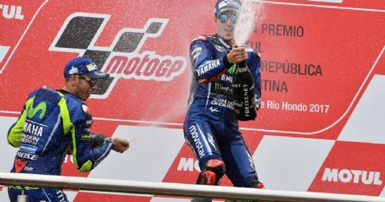 Maverick Vinales e Valentino Rossi sul podio in Argentina