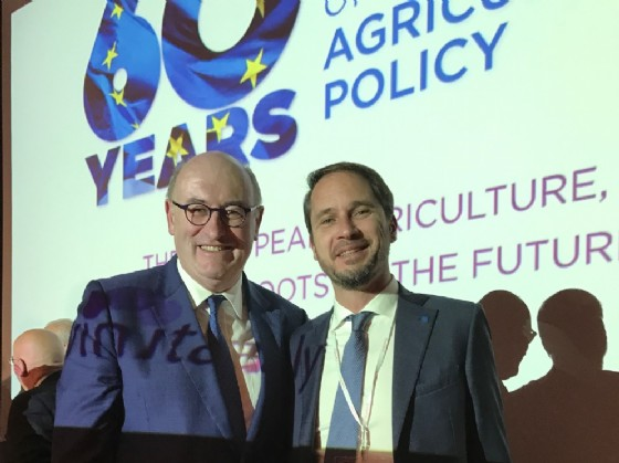 l'assessore regionale alle Risorse agricole Cristiano Shaurli con Phil Hogan, commissario europeo per l'agricoltura e lo sviluppo rurale (© Foto L. Pironio)