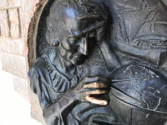 Secondo la leggenda basta strofinare il dito del mitico esploratore per avere fortuna