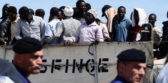 Sbarco di migranti in un porto italiano.