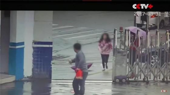 Il ladro che scappa nel parcheggio della stazione di polizia