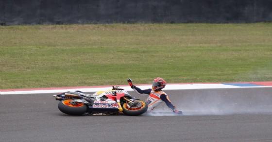 La caduta di Marc Marquez dalla testa dell'ultimo Gran Premio in Argentina (© Ansa)
