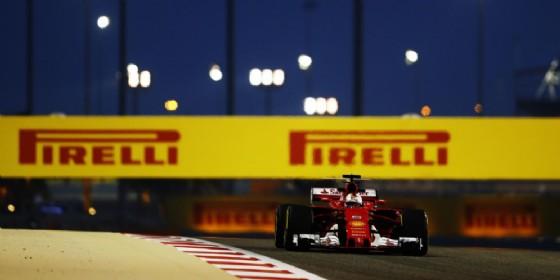 Sebastian Vettel in azione sulla sua Ferrari nelle prove libere in Bahrein (© Pirelli)