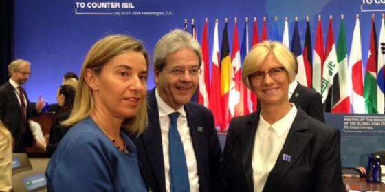 Il rappresentante della Politica estera Ue Federica Mogherini, il premier Paolo Gentiloni e il ministro della Difesa Roberta Pinotti. (© ANSA/CLAUDIO SALVALAGGIO)