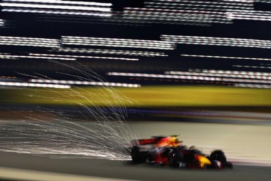 Dal fondo della vettura di Max Verstappen volano scintille