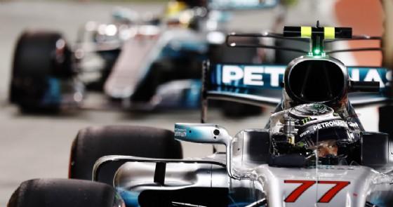 Valtteri Bottas davanti a Lewis Hamilton nel parco chiuso dopo le qualifiche in Bahrein (© Pirelli)
