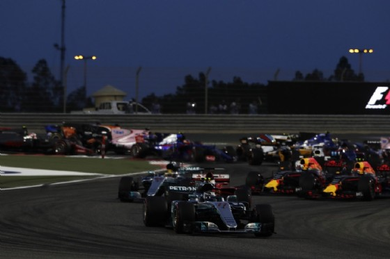 Il sorpasso di Vettel su Lewis Hamilton alla partenza