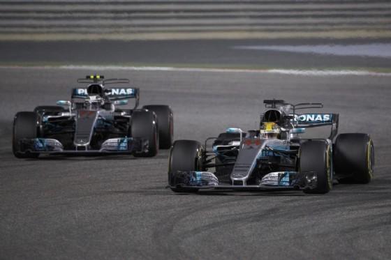 Hamilton scavalca il suo compagno di squadra Valtteri Bottas