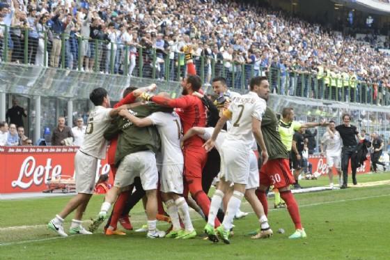 Tutto il Milan esulta dopo il rocambolesco pareggio nel derby con l'Inter (© Ansa)