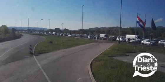 Ore di attesa al confine tra Croazia e Slovenia: la testimonianza (© Diario di Trieste)