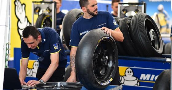 I gommisti della MotoGP al lavoro (© Michelin)