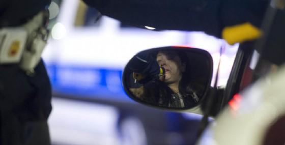 Un controllo della Polizia con l'alcol test (© ANSA)