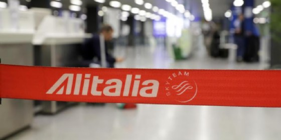 Salvataggio Alitalia appeso al voto. Referendum per 12 mila dipendenti (© ANSA)