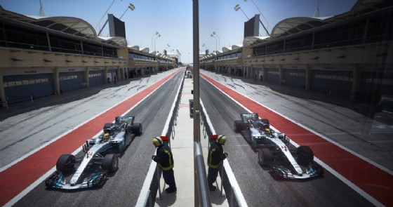 Lewis Hamilton esce dalla corsia dei box durante i test in Bahrein