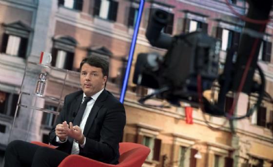 L'ex premier, Matteo renzi, durante la registrazione di 'Matrix' (© ANSA/CLAUDIO PERI)