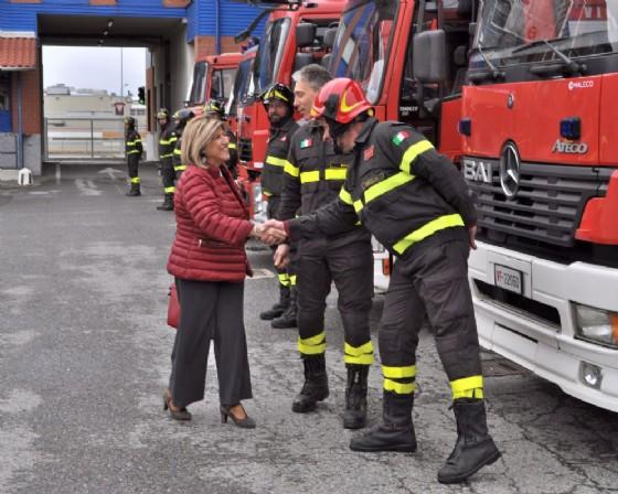 Il Prefetto Annunziata Gallo con il comandante Mauro Luongo davanti ai mezzi di soccorso
