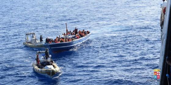 Barcone carico di immigrati soccorso dalla Marina militare italiana