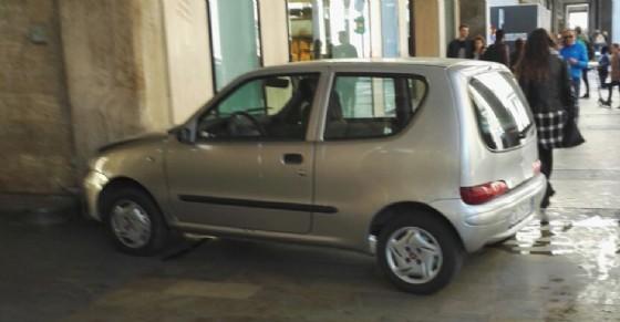 """La 600 """"parcheggiata"""" sul marciapiede di via Roma"""