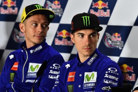 I due piloti della Yamaha, Rossi e Vinales, parlano con i giornalisti