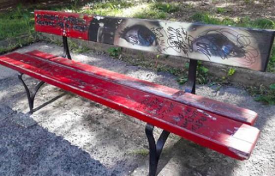 Panchina rossa restaurata in corso Telesio