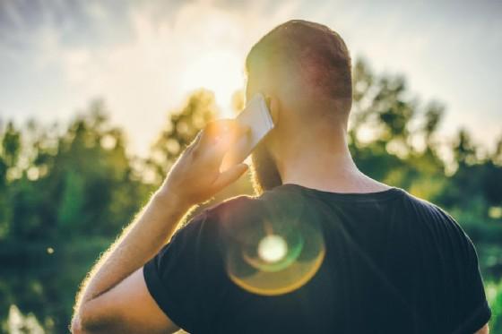 L'uso assiduo del cellulare potrebbe causare un tumore secondo il Tribunale di Ivrea (© Foxy burrow | shutterstock.com)
