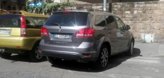 Qualcuno ha «pizzicato» l'auto del sindaco di Firenze, Dario Nardella parcheggiata sulle strisce pedonali e ha immortalato il gesto di inciviltà con una foto