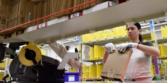 Centro logistico di Amazon a Brandeburgo. (© ANSA EPA/BERND SETTNIK)