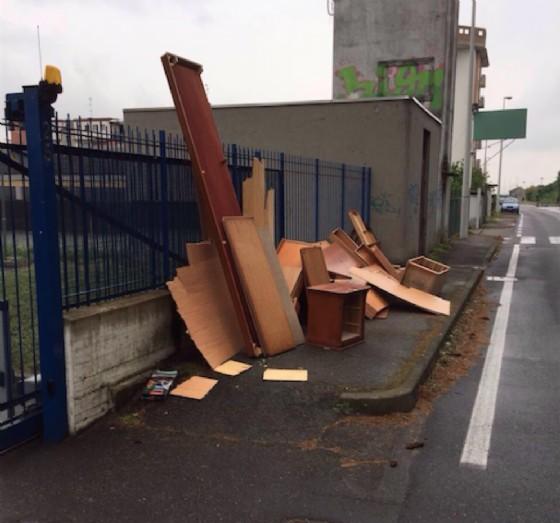 L'incredibile quantità di materiale abbandonato in strada (© Comune di Vercelli)
