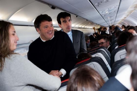 "Matteo Renzi si improvvisa steward in aereo e ""difende"" Alitalia mentre viaggia verso Bruxelles (© ANSA)"