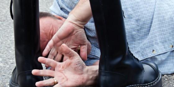 Prende a calci in faccia un uomo, poi aggredisce 3 infermiere: arrestato (© AdobeStock | Gina Sanders)