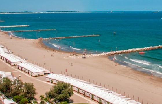 Cadavere seduto sul water in spiaggia completamente vestito, macabra scoperta a Venezia
